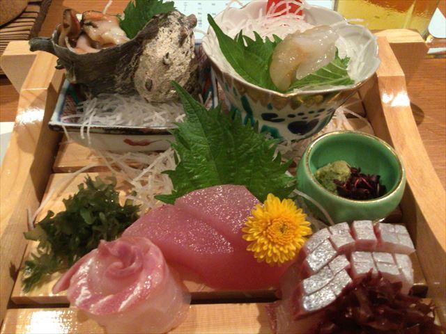 レストラン「はまなぎ」で食事、刺身やサザエ