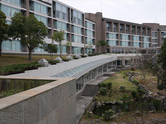 「ホテル近鉄アクアヴィラ伊勢志摩」の温泉や温水ンプールに向かう通路