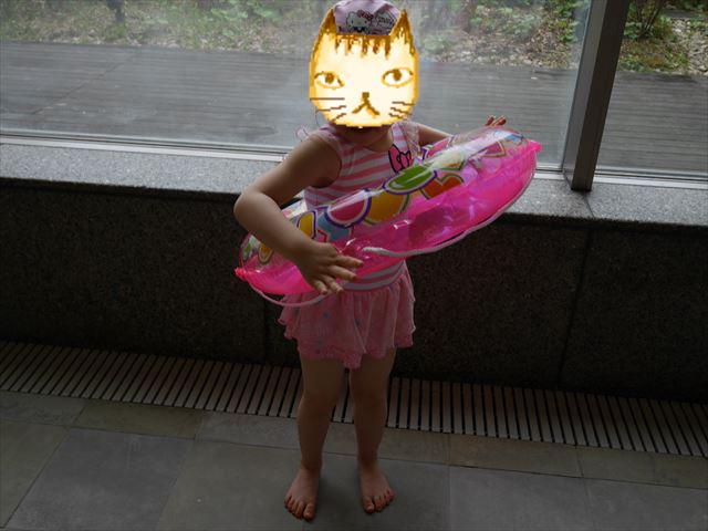 「ホテル近鉄アクアヴィラ伊勢志摩」の温水プールに向かう娘