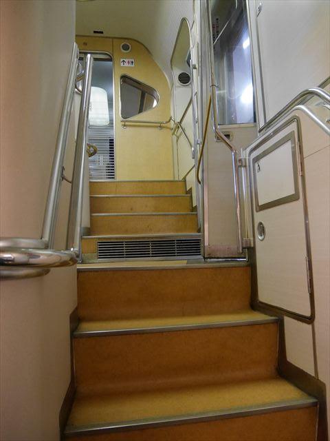 近鉄特急ビスタカー、1階に下りる階段