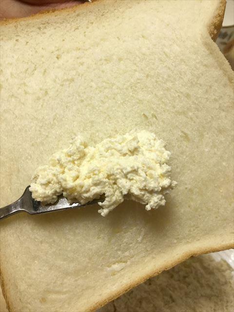 「神戸アーモンドバター」をパンに塗る様子