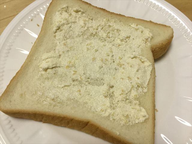 「神戸アーモンドバター」をパン全体に塗ってみた