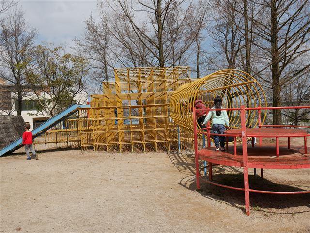 「皇子が丘公園」遊具、ジャングルジムと滑り台