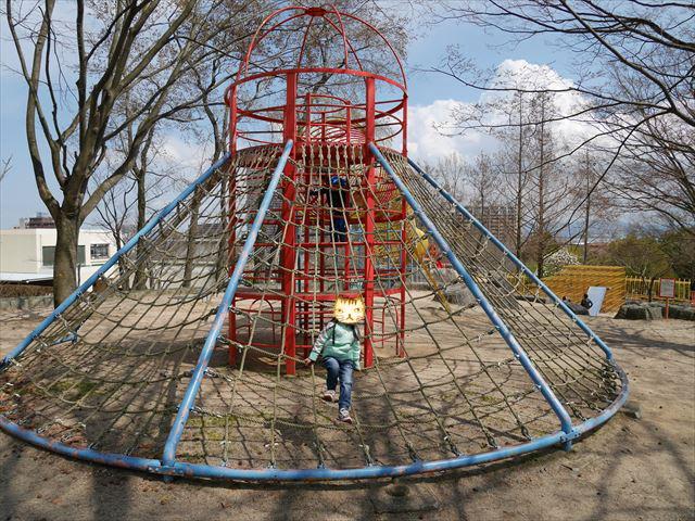 「皇子が丘公園」遊具、縄はしご