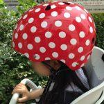 「ナットケース(NATCASE)」子供用自転車ヘルメット(シミミニドッツ)を子供が装着している様子。横から撮影