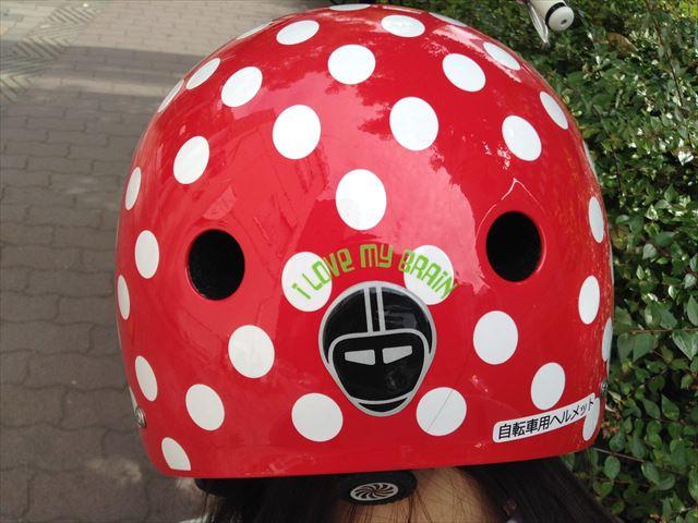 「ナットケース(NATCASE)」子供用自転車ヘルメット(シミミニドッツ)を子供が装着している様子。後ろから撮影