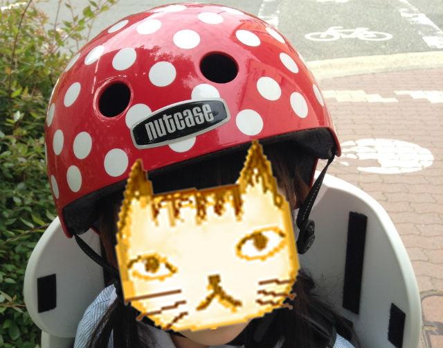 「ナットケース(NATCASE)」子供用自転車ヘルメット(シミミニドッツ)を子供が装着している様子