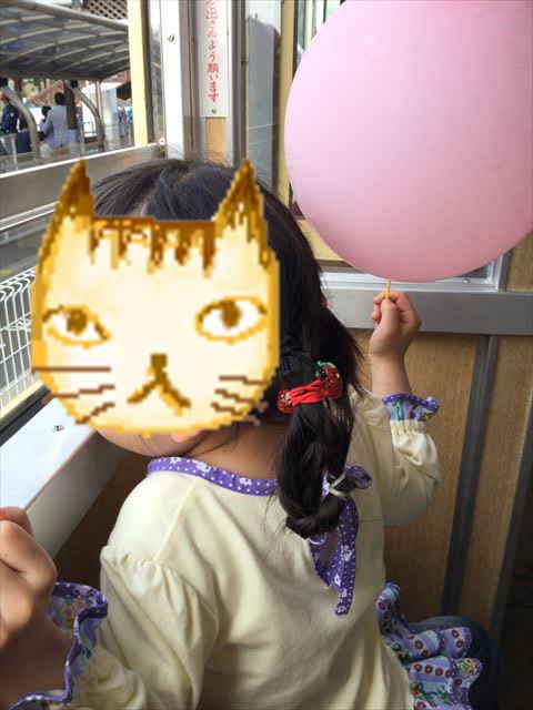 浜寺公園の気車内から外を見る娘