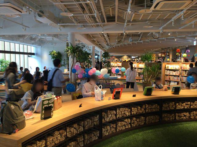 枚方T-STITE5階「蔦屋書店」(児童書)机と椅子