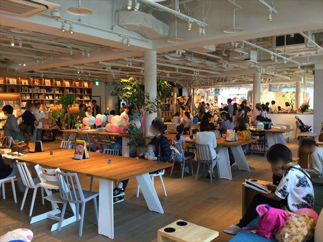 枚方T-STITE5階「蔦屋書店」(児童書)机と椅子、別角度