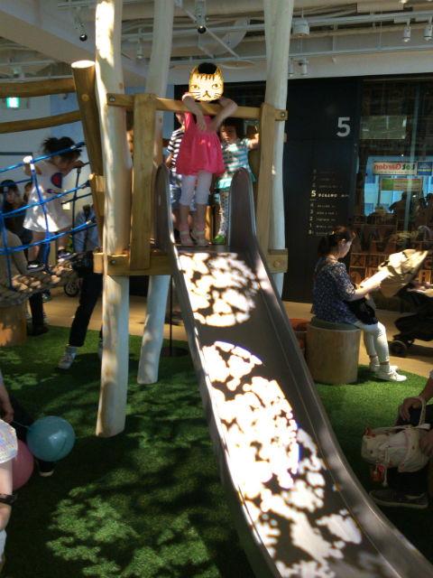 枚方T-STITE5階室内遊具、滑り台で遊ぶ娘