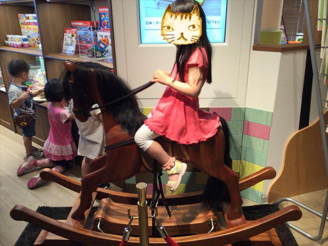 枚方T-STITE5階「ボーネルンド・トットガーデン」の木馬のおもちゃ