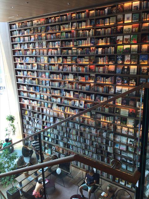 枚方T-STITE5階「蔦屋書店」(児童書)5階と4階の間の洋書棚