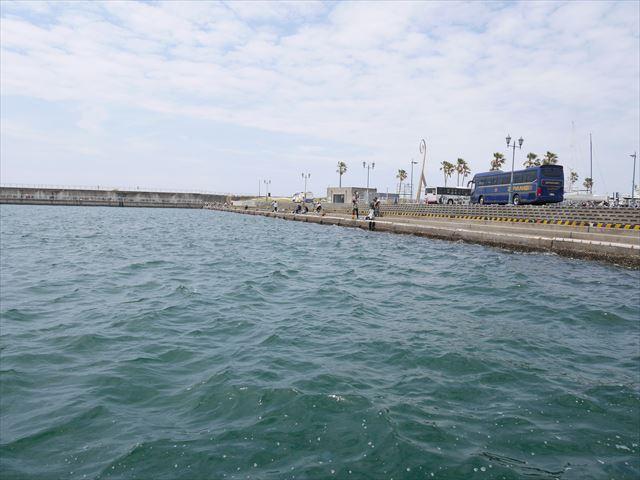 黒潮市場のフードテラス前の海