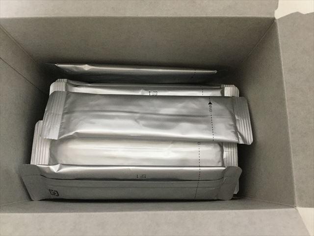 ライフナチュラル「九州産野菜の有機青汁」外箱を開封した様子
