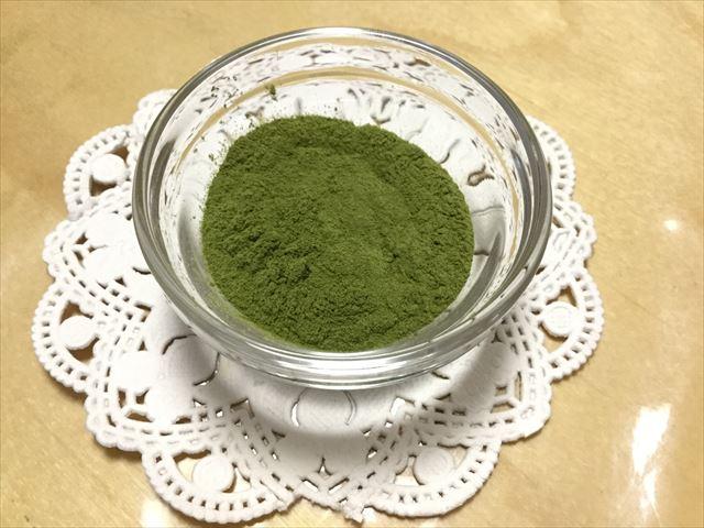 ライフナチュラル「九州産野菜の有機青汁」の粉末をお皿に入れてみた