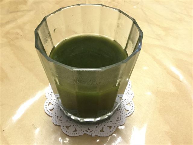 ライフナチュラル「九州産野菜の有機青汁」をグラスにお湯割りした
