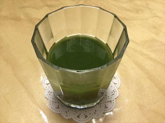 「三ツ星青汁レストラン 極選青汁」をお湯に溶かした様子