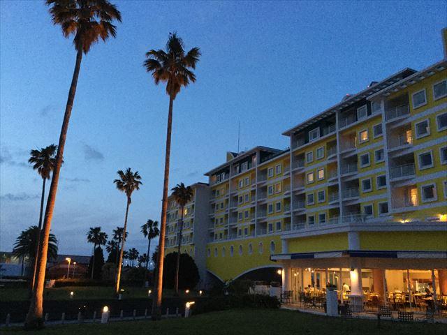 和歌山マリーナシティホテルの裏庭。日の入り後に散歩
