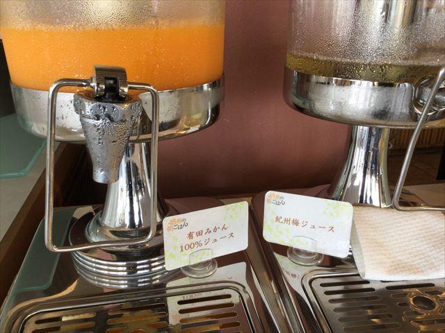 和歌山マリーナシティホテルの朝食バイキング「感動の朝ごはん」有田みかんジュース、梅ジュース