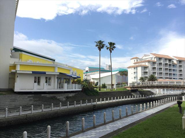 和歌山マリーナシティホテルの運河と芝生