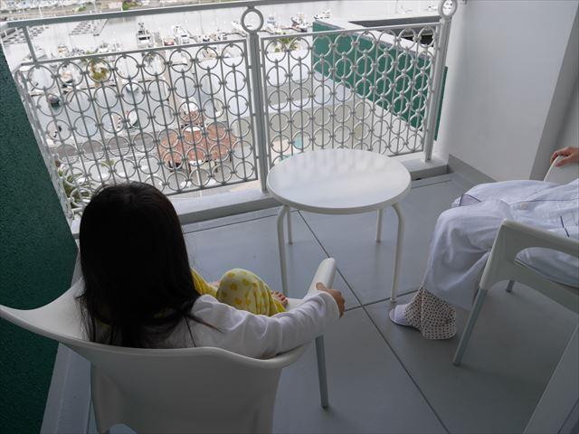 和歌山マリーナシティホテルの部屋のバルコニーでくつろぐ様子