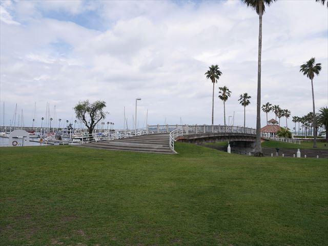 和歌山マリーナシティホテルの芝生と橋