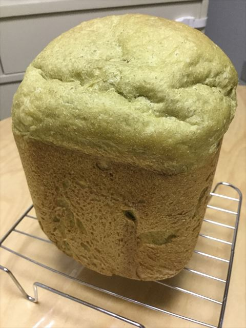 青汁ライ麦食パンをホームベーカリーから取り出した