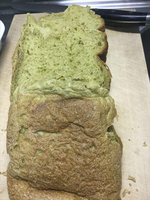 青汁入りライ麦食パンを切った