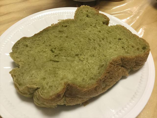 スライスした青汁入りライ麦食パン