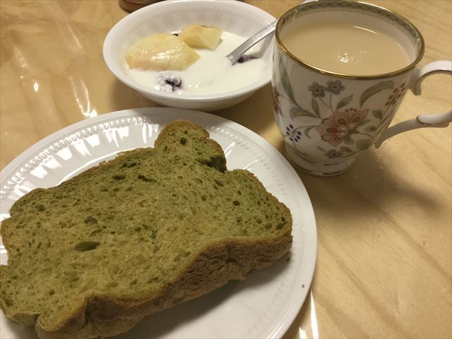 青汁入りライ麦食パン、ヨーグルト、紅茶