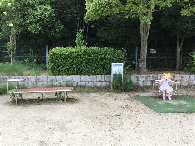 「あらかし公園」のベンチとストレッチ器具
