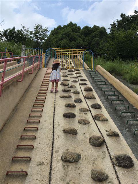 「あらかし公園」の巨大滑り台、ロープを上る娘
