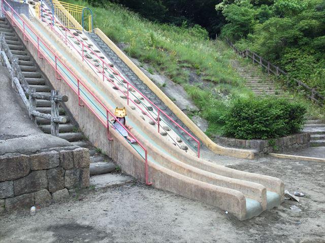 「あらかし公園」の巨大滑り台で遊ぶ