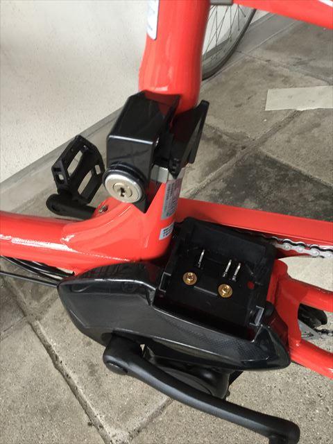 ブリジストン子供乗せ電動アシスト自転車「ビッケ2e」サドル下のバッテリーを外した様子