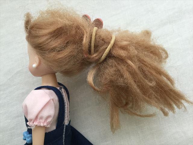 髪の毛がチリチリになってしまったリカちゃん、横から撮影