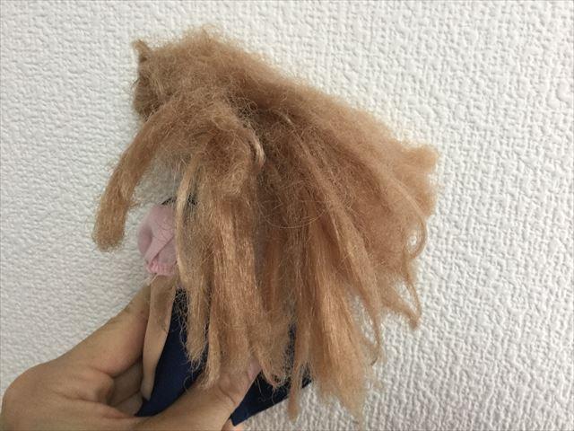 髪の毛がチリチリになってしまったリカちゃん、ゴムを外した様子