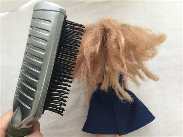 髪の毛が傷んだリカちゃんにマイナスイオンブラシをかける