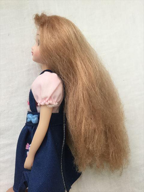 髪の毛が傷んだリカちゃんにクレイツのイオンヘアブラシ「N.C-022」で溶き続けた結果、横から撮影