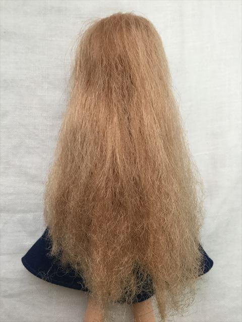 髪の毛が傷んだリカちゃんにクレイツのイオンヘアブラシ「N.C-022」で溶き続けた結果、後ろから撮影