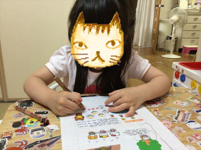 「ハローキティゼミ」の教材を学習する子供の様子。とある1ページ