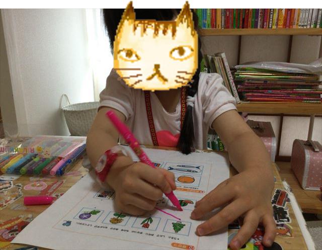 「ハローキティゼミ」の教材を学習する娘、線を引いている様子