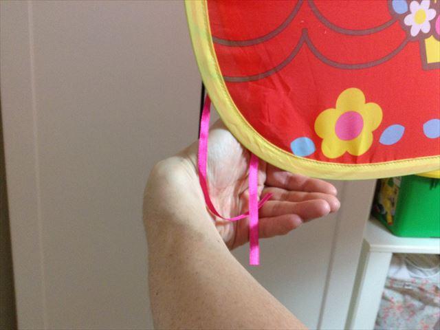 「メルちゃんとわたしのおおきなおうち」の畳み方。左手の持ち方