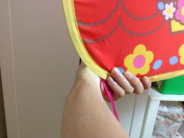 「メルちゃんとわたしのおおきなおうち」の畳み方。左手の持ち方2