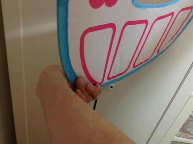 「メルちゃんとわたしのおおきなおうち」のドアを畳む。左手の持ち方