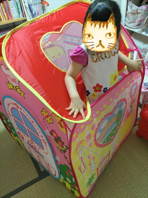 メルちゃんおせわパーツ「メルちゃんとわたしのおおきなおうち」完成、子供が家から顔を出す