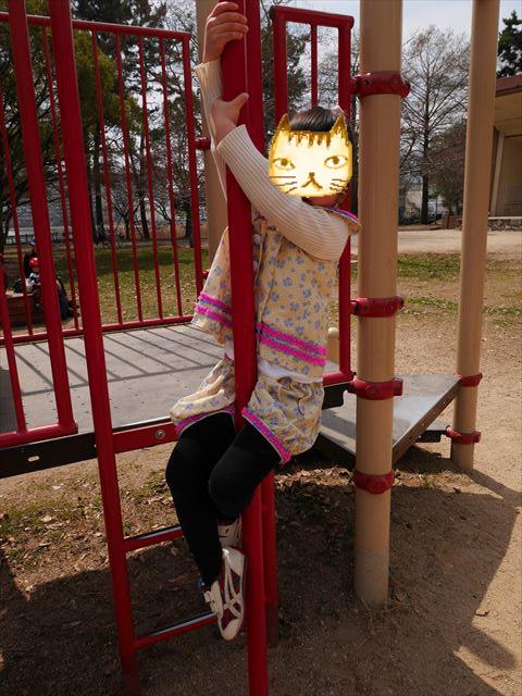 「ファミリア×アシックスコラボスニーカー」キッズ女の子用を履いて遊んでいる娘