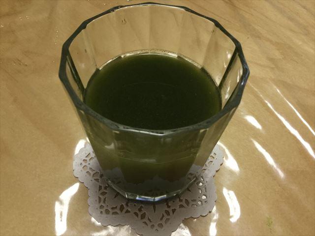 ミック「厳選5種九州産野菜青汁」を水で割ってグラスに入れた