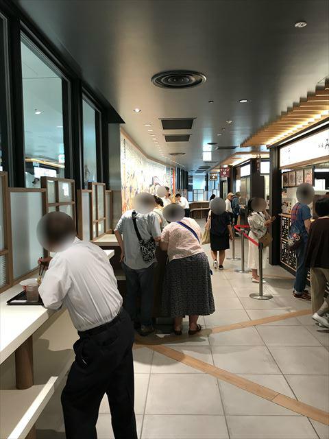 阪神百貨店スナックパーク内の通路と食事エリア(立ち食い)