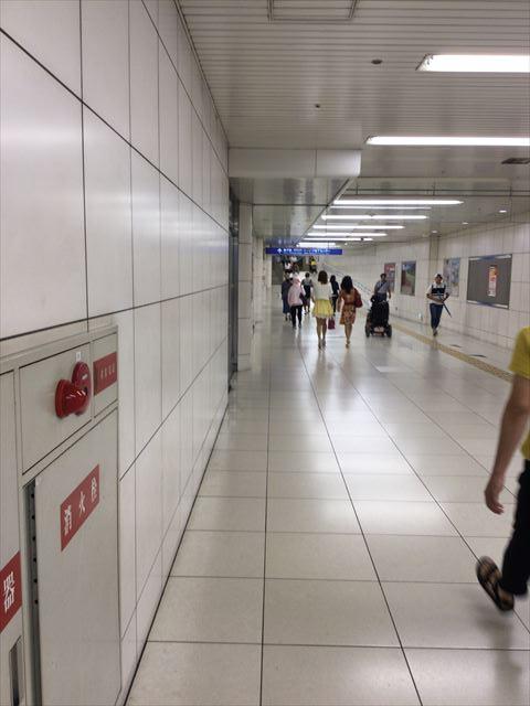 JR北新地駅の西改札を左折し直進している道